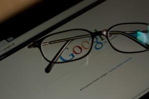 Brille auf Tablet